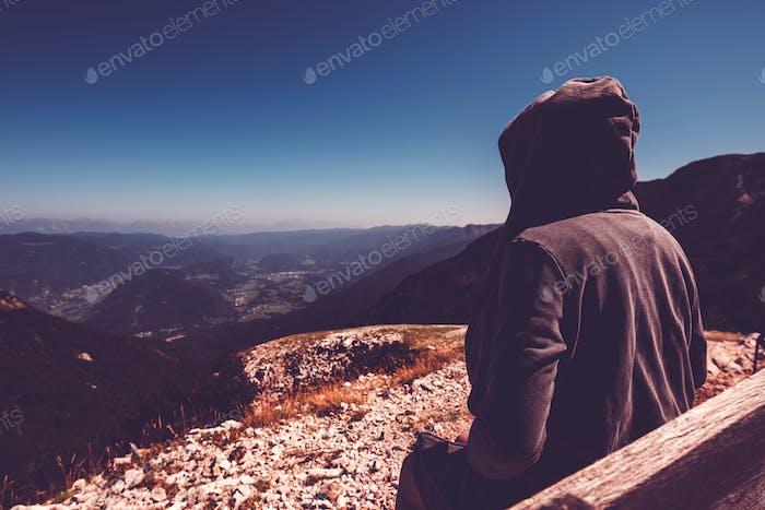 Bergwanderer am hohen Aussichtspunkt mit Blick ins Tal