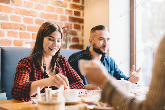 Glückliches Paar sitzt in einem Restaurant, Essen