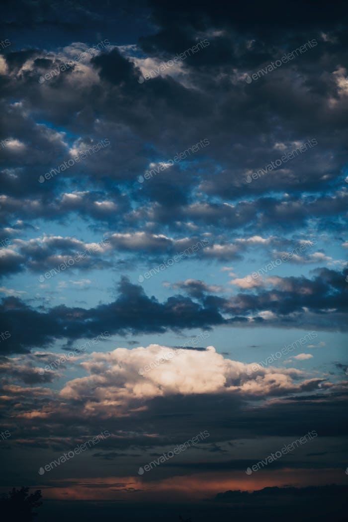 удивительный вид закатного неба с облаками