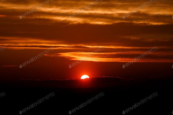 Erstaunliche Sonne in der Dämmerung Wolken