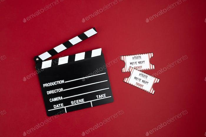 Filmklindertafel und Halloween-Dekoration. Horrorfilm-Abend