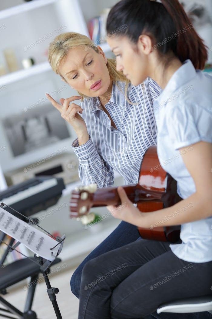 teen lernen wie man die Gitarre mit Lehrer spielen