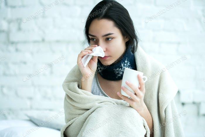 Junge Frau krank mit Temperatur Getränke heiß