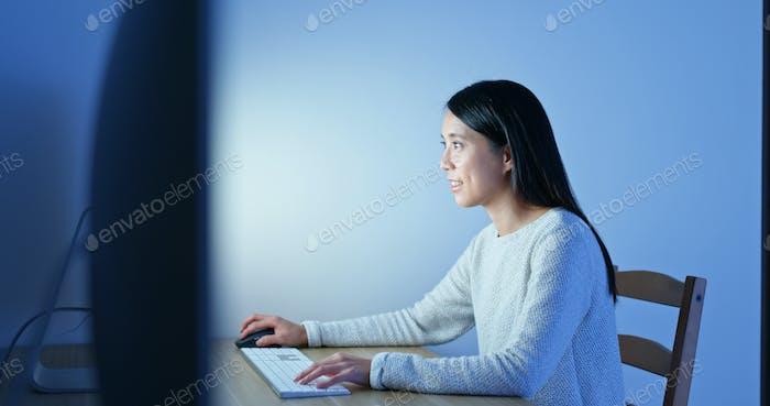 Frau Arbeit am Computer in der Nacht