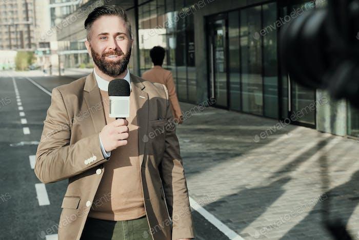 Reportero que trabaja en la ciudad