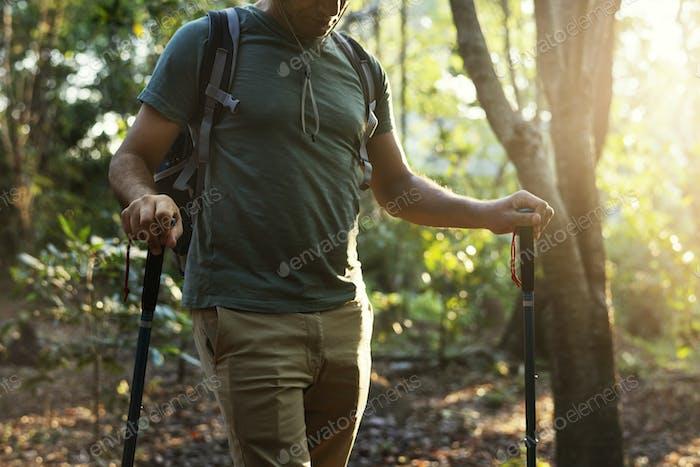 Mann Trekking in einem Wald