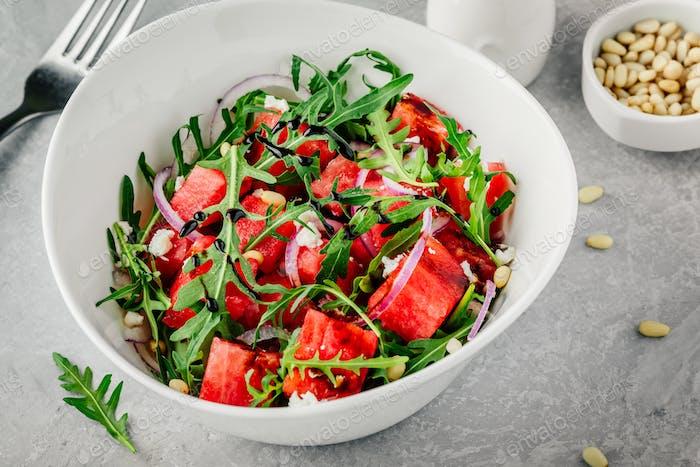 Wassermelone mit Feta, Rucola, Zwiebel, Pinienkernen und Balsamicosauce.