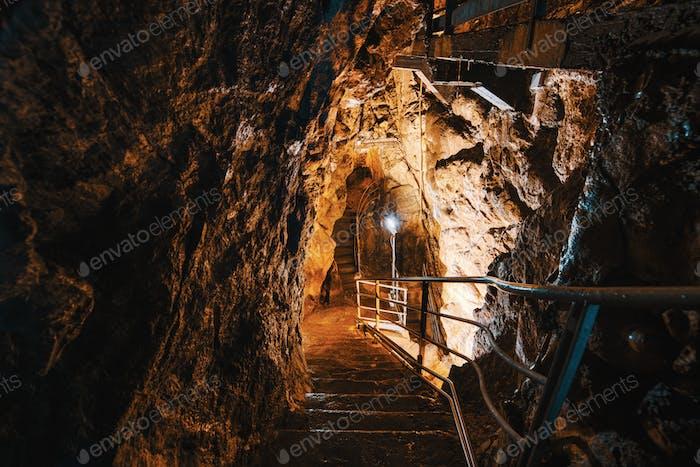 Abstieg in Kalksteinhöhlen