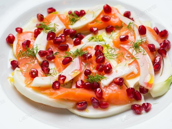Salat mit Fenchel, Lachs und Granatapfel