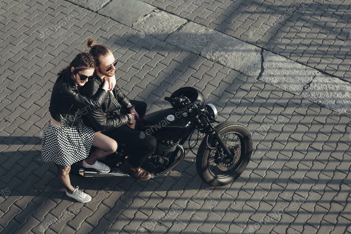 junges Paar sitzt auf Vintage-Motorrad