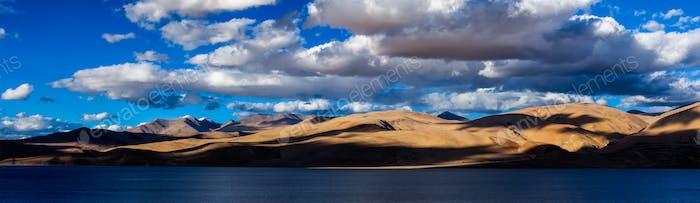 Panorama des Himalaya-Sees Tso Moriri. Ladakh, Indien
