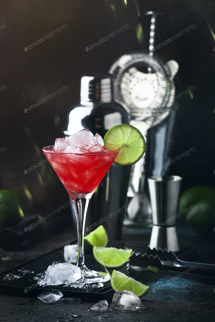 Sommer kaltes Getränk mit Wassermelone, Minze und Limette auf schwarzem Hintergrund