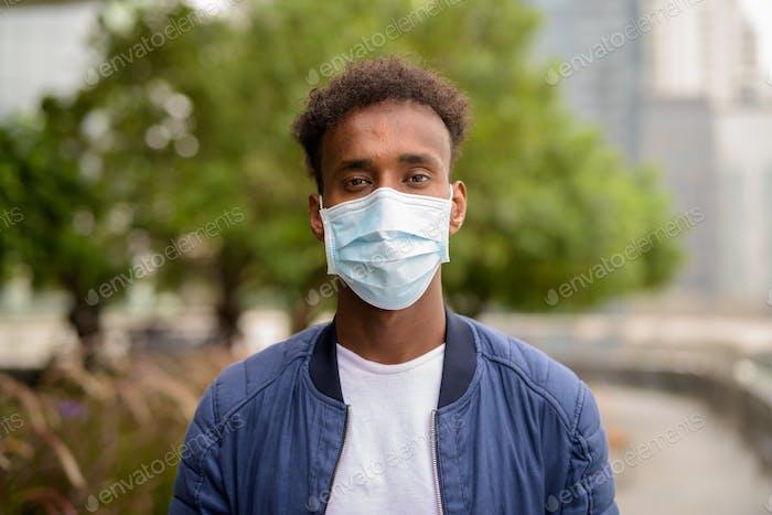 Hombre africano con máscara facial para proteger contra el virus de la corona
