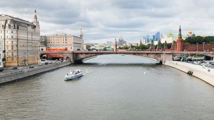 Moskauer Skyline von der Schwimmenden Brücke in Zaryadye