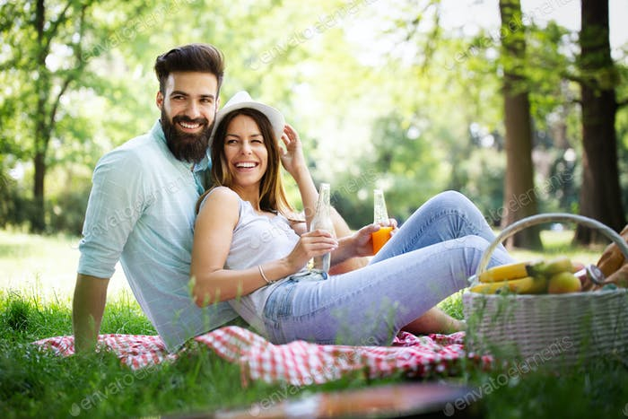 Schönes junges Paar genießen in guter Laune und Picknick-Tag