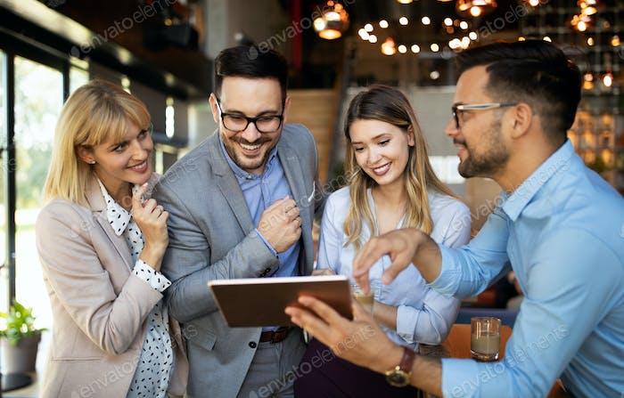 Erfolgreiches Unternehmen mit glücklichen Mitarbeitern im modernen Büro