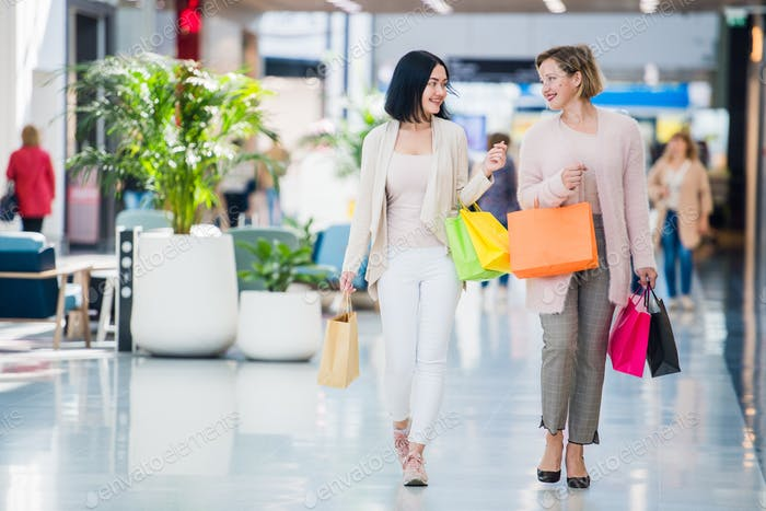 Junge attraktive Mädchen mit Einkaufstaschen im Einkaufszentrum