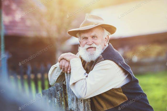 Bauer draußen in der Natur