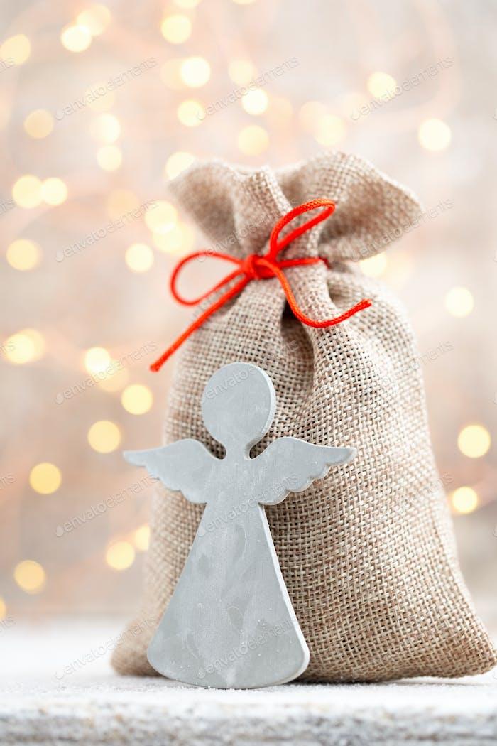 Geschenktüte mit Weihnachtsgeschenken. Weihnachtsdeko.