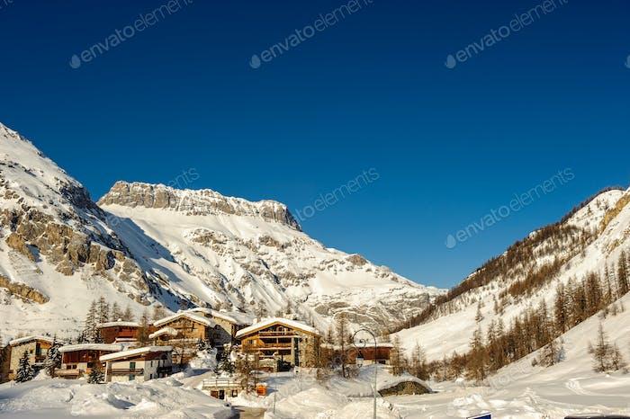 Alpine Winter Berglandschaft Französische Alpen mit Schnee.