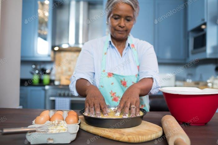 Frau, die Essen zubereitete