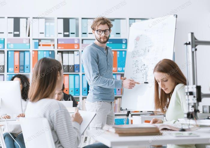 Ingenieurstudenten diskutieren gemeinsam Ideen