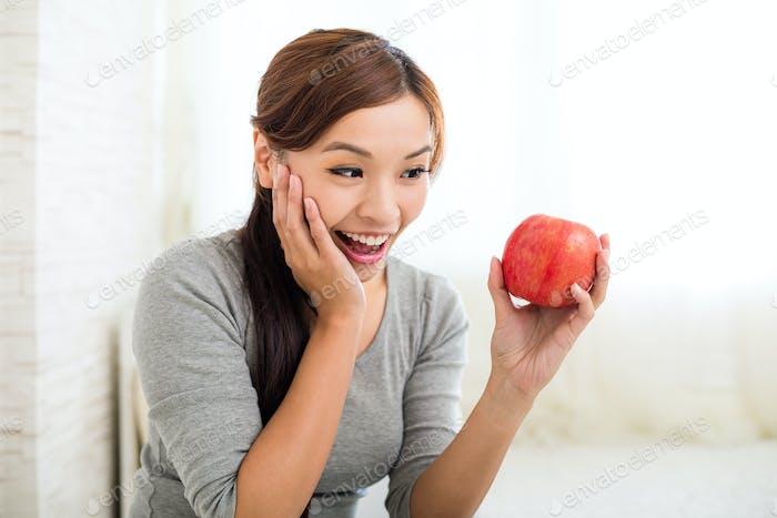 Woman love ot eat apple