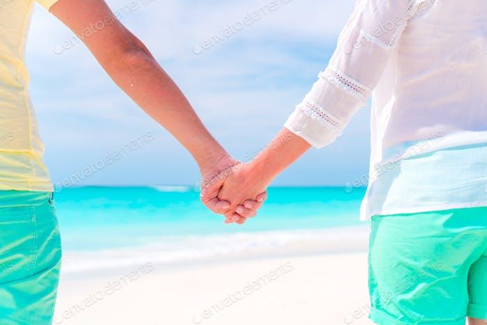 Junges Paar Hand am tropischen Strand