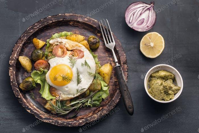 Rustikales Spiegelei und Gemüse mit Gabel
