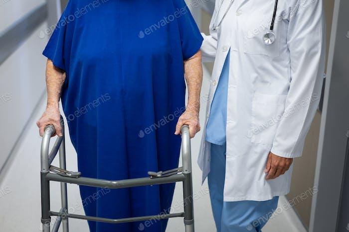 Reife Ärztin und ältere kaukasische Patientin zusammen in der Klinik