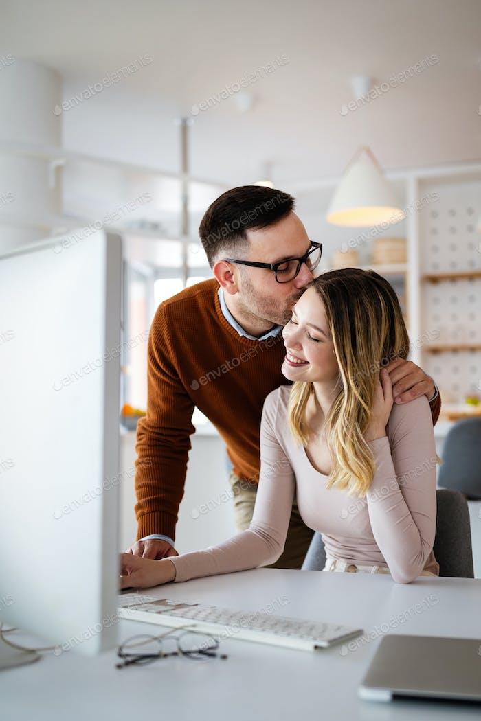 Glückliches Paar in der Liebe arbeiten zusammen am Computer