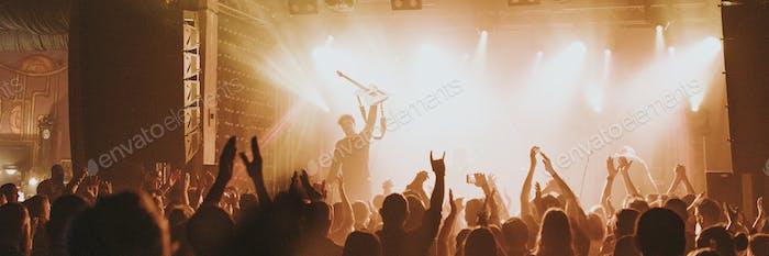 Fans jubeln in einem Konzert