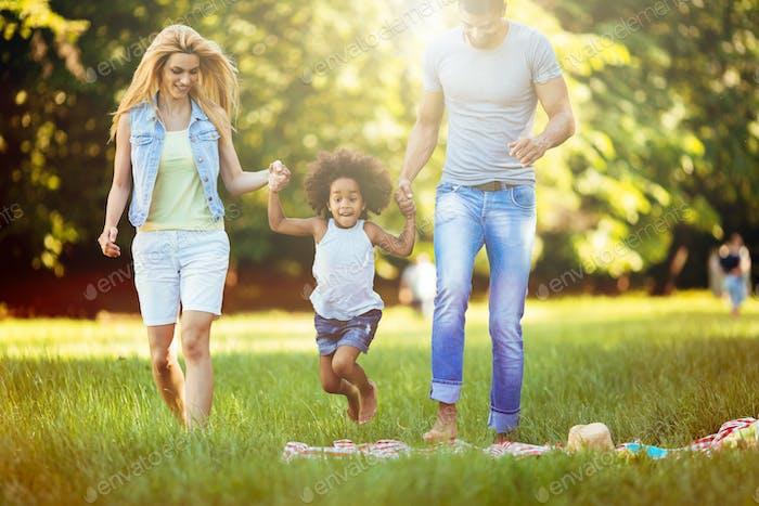 Glückliche junge Paar verbringen Zeit mit ihrer Tochter
