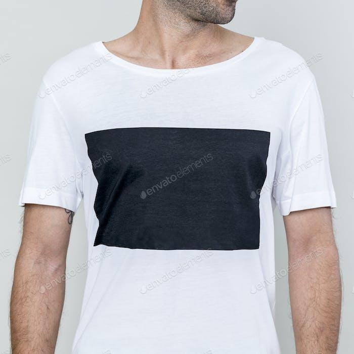 Mann trägt weißes T-Shirt