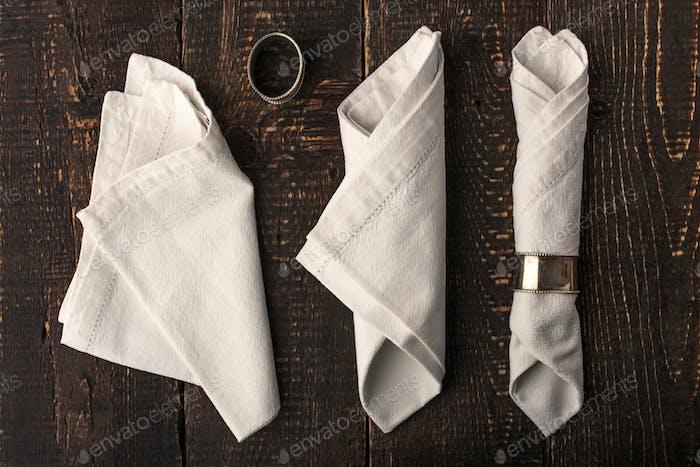 Set der Servietten mit Vintage-Ring auf der Holztischplatte Ansicht
