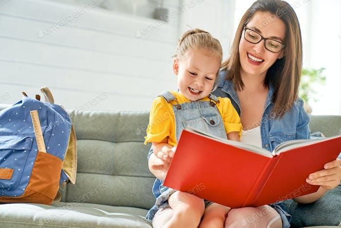 Mutter und Tochter lesen ein Buch.