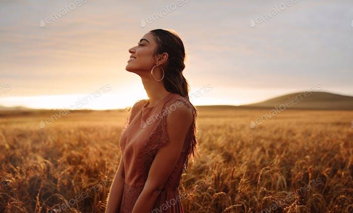 Mujer feliz disfrutando en la naturaleza