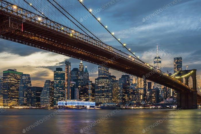Escena del horizonte de la ciudad de Nueva York y el puente de Brooklyn sobre el río easgt, Manhattan, EE.UU.