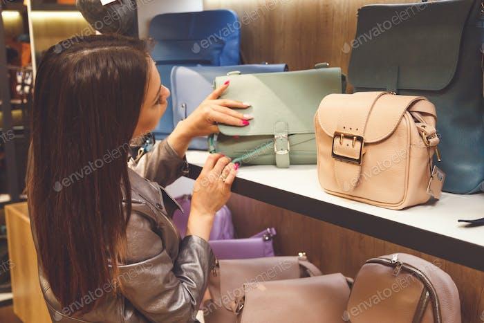 Weibliche Kunden kaufen neue Handtasche im Shop