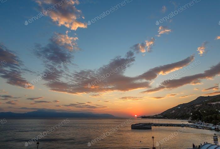 Panoramablick auf den Sonnenuntergang mit Meer und Bergen, Griechenland