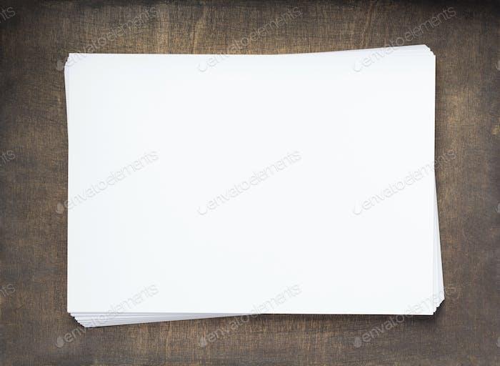 Stapel von Papier leere Seiten auf Holz