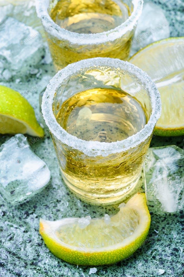 Tequila Schuss mit Limette und Salz