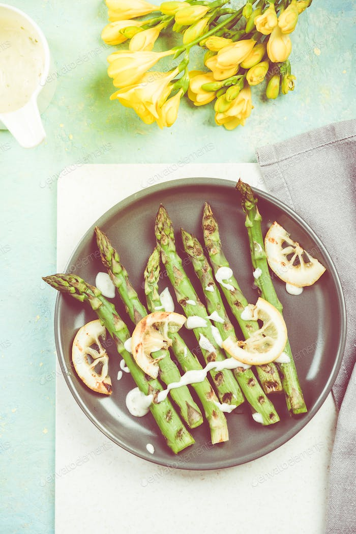 Grilled asparagus with lemon and dip