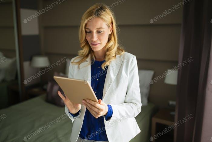 Элегантная деловая женщина в командировке