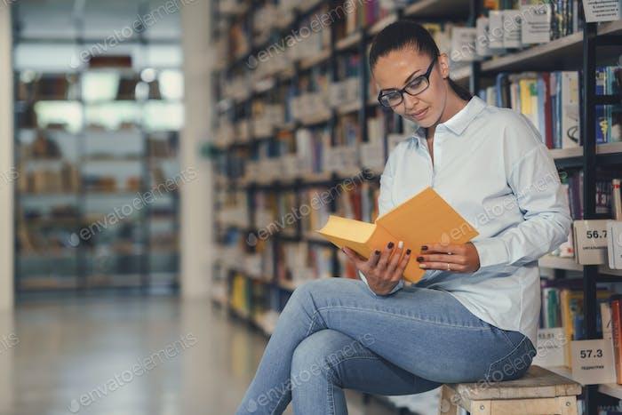 Junge Frau ein Buch lesen