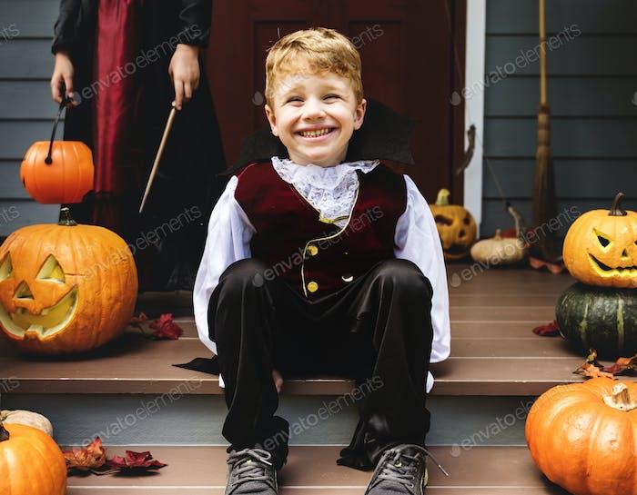 Junge in einem Halloween-Kostüm