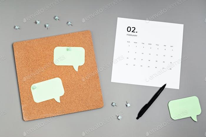 Kalender für Februar und Korkbrett mit angehefteten Notizen-Modell