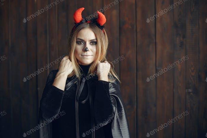 Porträt der lächelnden Frau mit Halloween-Schädel Make-up