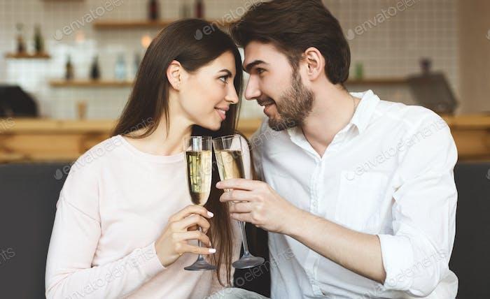 In der Liebe Paar trinken Champagner und schauen sich gegenseitig