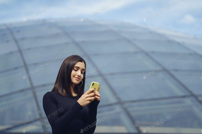 Brünette Mädchen mit Ihr Handy als Sie ist erkunden ein neue Stadt